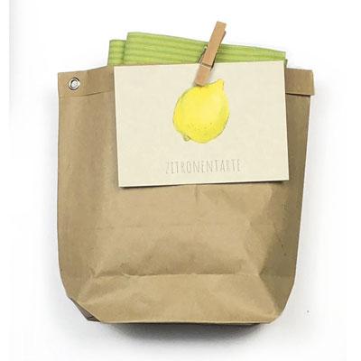 Tüte mit Tuch und Rezeptkarte Zitronentarte